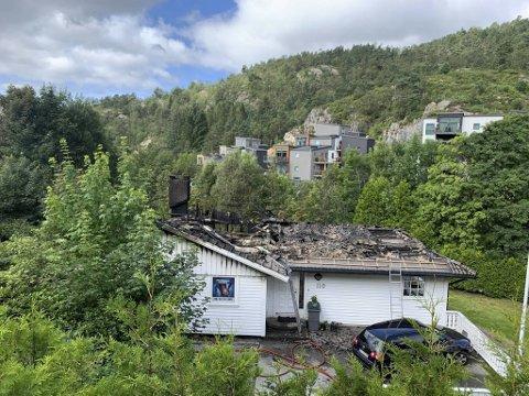 Det er registrert ti beboere i huset i Øvre Fyllingsveien i Fyllingsdalen. Ingen av dem var hjemme da huset begynte å brenne.