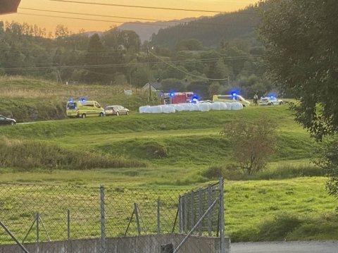 Flere ambulanser, luftambulanse, brannvesen og politi rykket ut da meldingen kom om at en bil lå på taket i Valestrandvegen på Osterøy lørdag kveld.