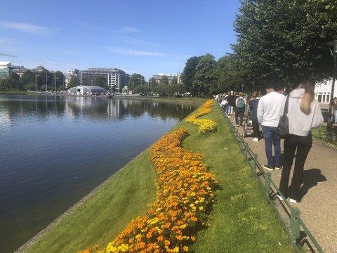 Like før klokken 1200 mandag strakk køen seg fra Festplassen og nesten helt til den andre enden av  Lille Lungegårdsvann.