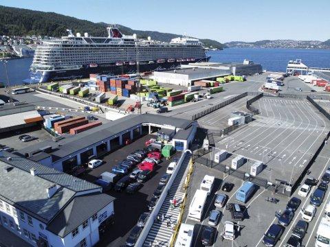 «Mein Schiff1» er det første store cruiseskipet som kommer til Bergen siden pandemien brøt ut i fjor vår. Her ligger skipet til kai i Jekteviken. Passasjerene rusler i land via det stripete gangfeltet.
