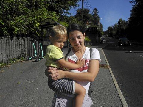 Dorina Konkoly og hennes sønn Emil Ingebrigtsen (4) er på vei for å rekke en buss da BA møter dem. På veien må de krysse Birkelundsbakken. Det er noe som Konkoly opplever som svært ubehagelig.