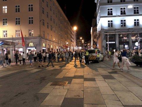 Dette bildet ble tatt i sentrum rundt midnatt natt til søndag. Ingen av personene på bildet har noe med innholdet i denne artikkelen å gjøre.