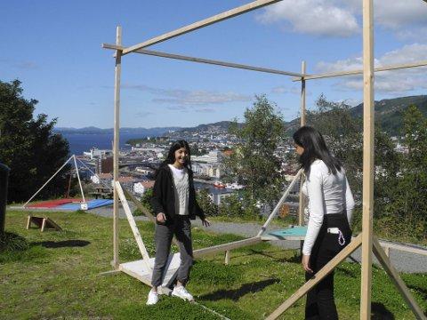 Yazel Gurbuz og Patricia Paasewe er blant elevene som i løpet av ti uker denne våren designet og laget modeller av konstruksjonene.