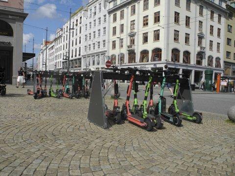 Bård Dagestad Carlsen i Bymiljøetaten sier inntrykket er at stativene fungerer godt på Torgallmenningen.