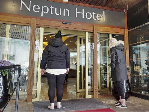En kvinne på 35 år og en kvinne på 30 år trøster hverandre etter nattens mareritt. De har, i likhet med flere av brannofrene, evakuert til Scandic Neptun hotell.