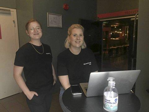 """Synnøve Nordvik Helgesen og Julie Askim leder søndag ettermiddag arrangementet """"speedfriending"""" for studenter."""