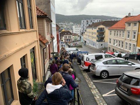 Her står køen fra Klosteret, ned Vestre Murallmenning og retning gamle Sentralbadet – altså rundt 300 meter.