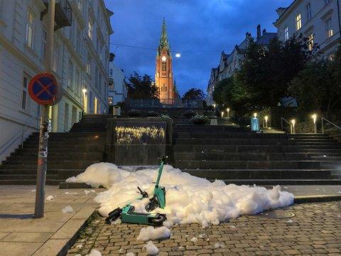 Slik så det ut nedenfor Johanneskirketrappene lørdag kveld. Nå må Bergen kommune bruke tid og penger på å rense pumpeanlegget. Gjerningspersonene kan bli straffeforfulgt.