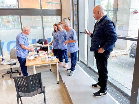 Anders Hjelle, Zeinab Alame, Marthe Andersson og Jørgen Engelsen forbereder utstyret før vaksineringen starter. Hossein Tehrani er innom før han skal videre til massevaksinasjonssenteret på Sentralbadet.