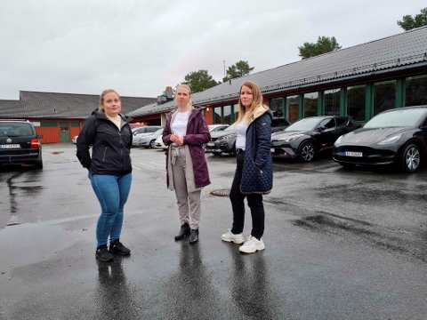 Karoline Solvik (t.v.) Line Martinussen og Elisabeth Solsvik er bekymret for at barna deres blir rammet av kommunens sparetiltak.