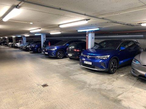 I Nordnesgarasjen er det ni parkeringsplasser med lademulighet for elbil. Nå ser Bergen Parkering på muligheten for å få på plass flere ladestasjoner i garasjen.