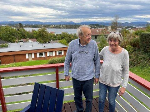 Sverre Bungum og Lisbeth Milsted har utsikt over Lerøyosen, der mange av de atomdrevne ubåtene har sin innseiling.