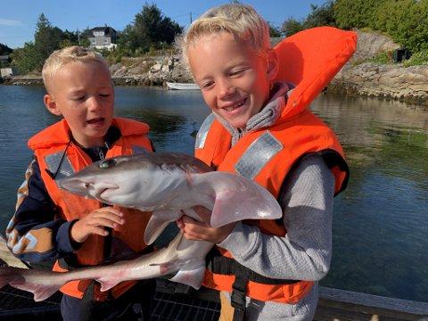 Sverre (5) og Ole Einar (7) var storfornøyd med fangsten de fikk en augustdag tidligere i år.