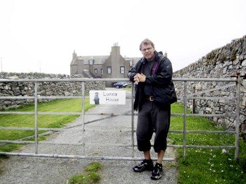 Staselige Lunna House var base for Shetlandsgjengen i seilingssesongen 1941-42. Deretter ble basen flyttet til Scalloway. Her poserer forfatteren foran huset.