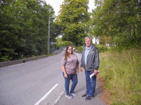 Arne Stadheim har ledet aksjonsgruppen mot bomstasjon i Nordvik. Her er han sammen med Aina Sjursen ved gamle Nordvik skole.