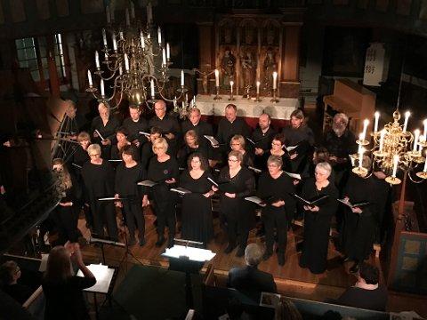 Stokmarknes blandetkor under fredagens konsert i Hadsel kirke.