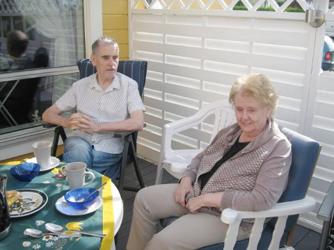 Tordis og Finn nyt sol og varme i sin nye heim i Vestby. (Foto: Oddmar Jensen)