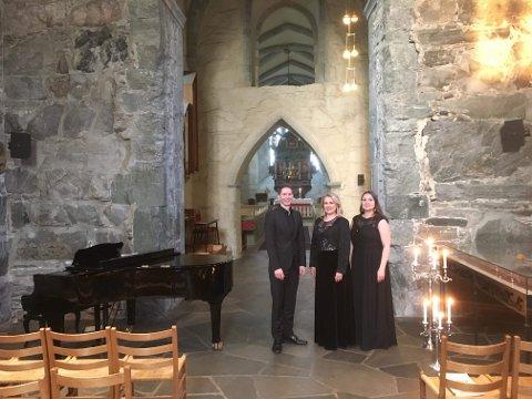 Klassisk: Marit Kristine Risnes, Sindre Øgaard og Åshild Spikkeland framfører verk fra 1800-tallet i Utstein kloster kirke søndag ettermiddag.