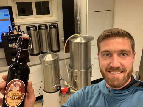 Ølbryggeri: Morten Hanasand driver sitt eget lille ølbryggeri i garasjen hjemme. Nå har han klargjort juleølet.