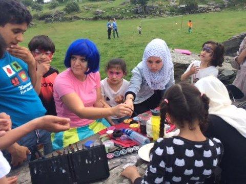 Mange motiver: Barna fikk ansiktsmaling i alle slags motiver da de var med på sommertur til Bru arrangert av omsorgsrådet i Røde Kors.