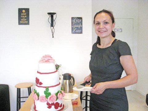 Stor kake: Ina Krasteva overrasket alle med å servere en stor kake som det var fritt fram å forsyne seg av på åpningsdagen.
