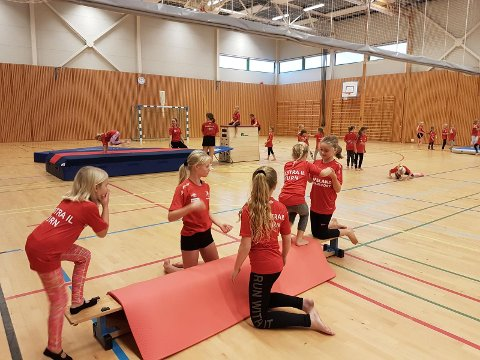 80 barn storkoste seg under en gøyal turnhelg i Rennesøyhallen.