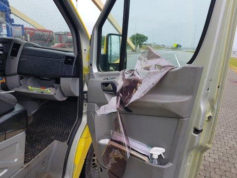 Sjåføren av denne varebilen måtte fjerne folien fra sidevinduene før ferden kunne fortsette.