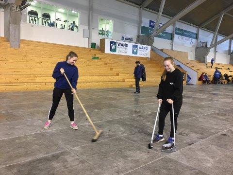 Lilli Schilling (til venstre) og Maren Harestad fra RIL volleyball var i går kveld med på å gjøre gulvet i Randaberg arena klar til dagens Landsbyfest.