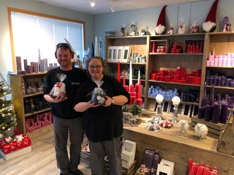 Her står Stian Nydal Hansen og Siv Tove Jaatun med lyspakker i Ranso-butikken på Randaberg.