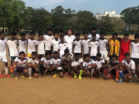 Dino Serdarevic (nummer ni fra venstre, bak) fikk æren av å lede en fotballskole i India. Her sammen med noen av spillerne.