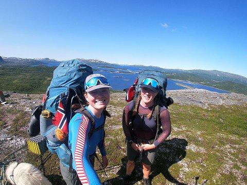 Jenter på tur: Erna Margrethe Nærheim (t.v.) og Sunniva Nilssen Aarbø på fjellet et sted i Nordland på vei mot Lindesnes under turen Norge på langs.