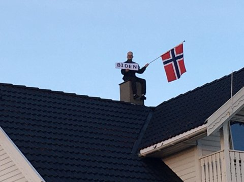På taket: - Jeg synes det var utrolig kjekt å se at Biden vant valget. Det har vært en spennende valguke i USA og jeg er spent på fire år med Joe Biden som president, sier Simen Ingemundsen, som tok bildet av Stig Ellingsen.