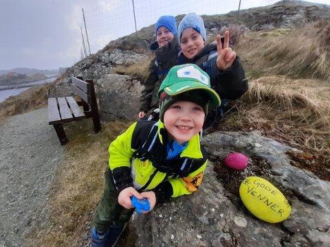 Sprer glede: Isak, Kevin og Oliver synes det er hyggelig å få positive tilbakemeldinger på kunstverkene de har lagt ut langs kyststien.