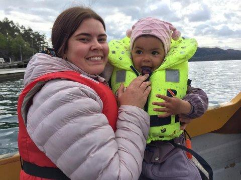 Karoline Parker, tidligere Nordbø, sammen med datteren Sophia Noelle Parker (2) hjemme i Norge.