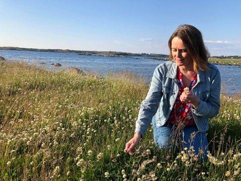 Kartlegging: Kristine Enger har kartlagt noen av de ville nyttevekstene som vokser ved Klostergarden på Klosterøy.