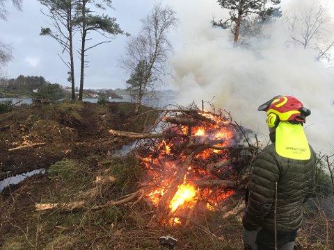 Brenning: Det er tent en del bål i de to månedene som oppryddingsarbeidet har pågått på Grønland.