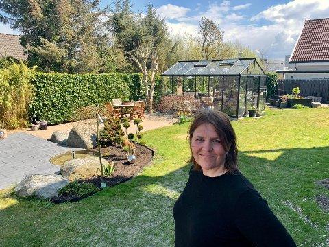 Fred og ro: Linda nyter følelsen av å koble av i hagen.