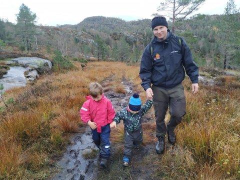 Ole Gunnar Måløy sammen med barna.
