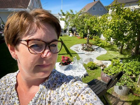 Hageentusiast: Berit Sande har skapt en lun og koselig atmosfære i hagen.