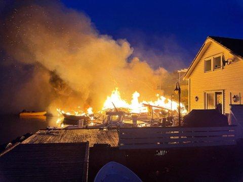 Brann: Minst tre sjøhus er totalskadd i brannen.