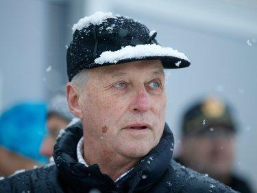 SA JA: Kong Harald bekrefter at han kommer for å få med seg innspurten på den norske hoppuka i Vikersund.