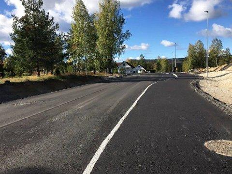 FERDIG: Øvre del av Badeveien fikk ny asfalt og gangvei i sommer.