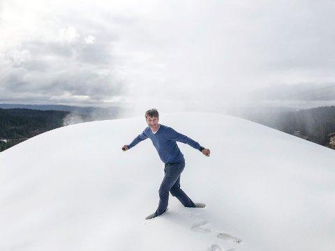 GOD JUL: Marius Arnesen ved Norefjell skisenter kan notere god juletrafikk i alpinanlegget – til tross for en stille regnværsdag.