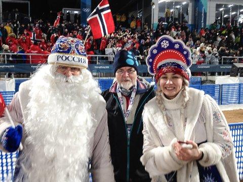 PÅ PLASS: Runolv Stegane sammen med to venner fra Russland på langrennsstadion.