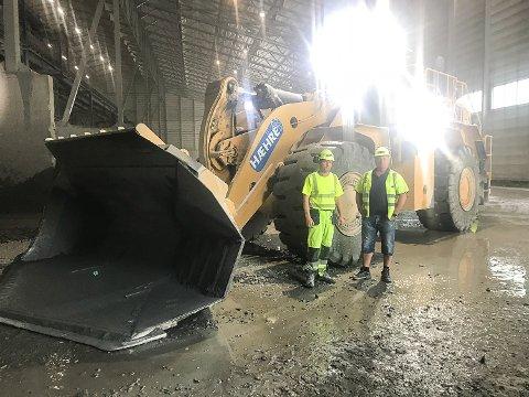 GÅR UNNA: Trond Erik Skogheim (t.v.) og Terje Aase jobber på Follobanen for Betonmast Hæhre. Denne Cat988-en laster i snitt 13.500 tonn om dagen.