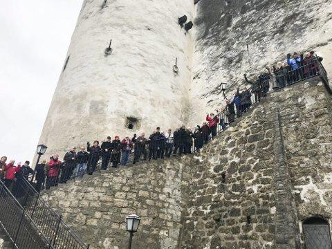 JULEMARKED: I fjor tok Eikerbladet og Bygdeposten med seg leserne til julemarkedet i Salzburg. I år går turen til Riga. På bildet ser vi en stor andel av reisefølget linet opp ved inngangen til borgen som kneiser på en høyde over Salzburg.Arkivfoto