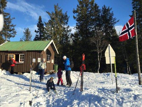 FORSYNINGER: Breilihytta åpner søndag 27. januar. Det er lov å kjøre fem snøskuterturer med varer til kiosken i løpet av vinteren.