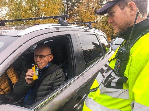 GRØNT: Endre Larsen blåser 0,0 på alkometeret til Steffen Vala i UP.