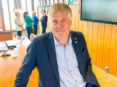 VIL DEMPE RETORIKKEN: Jon Hovland (H) – ny leder av teknisk hoveduvalgt i Modum kommune – lover å dempe retorikken sin. I bakgrunnen blant andre påtroppende ordfører Sunni G. Aamodt og flere hovedutvalgsledere.
