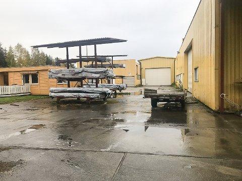 FABRIKKEN: Etter konkursen av Vikersund Drift AS og produksjon, tidligere Drammenshus og Hytter AS på Holemoen ligger nå fabrikken ute til salg.